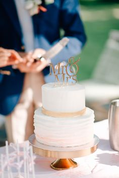 Delicate wedding cake with golden elements. Photography by Grace&Blush More on our inspirationgallery http://wonderwed.de/inspiration #wedding #cake #gold #mr&mrs