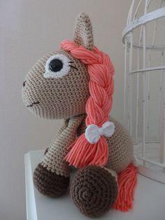 Free amigurumi pattern in Finnish Pieniä hetkiä: Pony girl Leila, virkattu poni