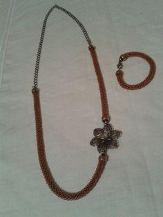 Collar de abalorios con cadena y flor de filigrana y pulsera