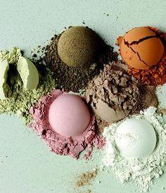 ГЛИНА в мыле ручной работы помогает создать очень полезное, а в некоторых случаях даже целебное по своим качествам мыло. Глина очень давно используется в косметологии и народной медицине. Причем применяют ее как наружно виде масок или каких-либо компрессов, так и внутрь, для выведения токсинов из организма. Что говорить – глина прекрасный сорбент! Природа подарила нам глину разных цветов.