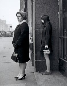 Ismo Hölttö :: Woman and teenage girl in Hakaniemi, 1967 Documentary Photographers, Famous Photographers, Old Photography, Street Photography, Photographic Film, Ansel Adams, White Image, Photo Reference, Black And White Pictures