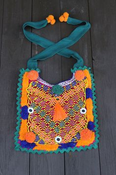 Collar babero creado a partir de un pechera vintage de los Banjara de Jaipur, bordada a mano. Siente el espíritu gypsy de los Banjara luciendo esta