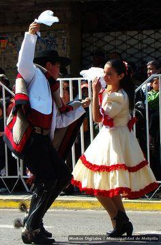 Yo bailé la Cueca en los barrios por la fiesta patrias. Ellos se vertieron la ropa de la fiesta por independiente