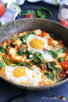 Szakszuka (dosłownie wielki bałagan), to danie pochodzące z Tunezji, choć znane jest też w innych krajach Bliskiego Wschodu. Smaczna, pożywna i niezwykle prosta w przygotowaniu, Szakszuka (Shakshuka) to nic innego jak sadzone jajka w lekko ostrym sosie pomidorowym z przyprawami i dodatkami. Danie idealne jako śniadanie lub wczesna kolacja! #śniadanie #breakfast #eggs Healthy Dishes, Healthy Drinks, Healthy Eating, Diet Recipes, Cooking Recipes, Healthy Recipes, Diy Food, Vegetable Recipes, Food Inspiration