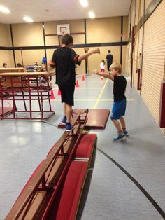 Balanceren over omgekeerde bank met twee springplankjes. Pe Games, Games For Kids, Parkour, Motor Activities, Activities For Kids, Physical Education, Gym Equipment, Classroom, Teaching