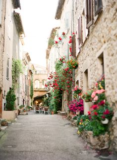 Streets and Flowers of Valbonne France | photography by http://kalliebrynn.blogspot.com/
