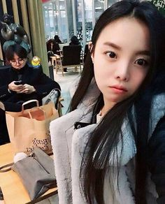J-Hope's sister snapped a selfie with JHope in the background. Side Note: She's SO pretty and cute!<<< I LOVE Jung Da Won Hoseok Bts, Bts Bangtan Boy, Bts Boys, Jhope Bts, Foto Bts, Bts Photo, J Hope Selca, Bts J Hope, Jhope Sister