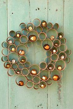 une décoration de noël originale avec des rouleaux de papier toilettes découpés en anneaux de tailles différentes et assemblés en jolie couronne de noël diy, idée de bricolage avec un objet recyclé du quotidien