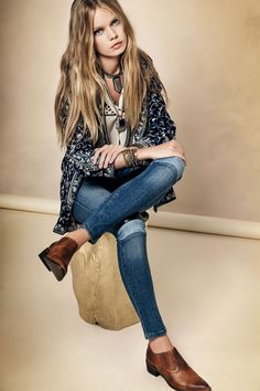 Outfit Rapsodia. Saco folk, jeans azules con parches, charritos marrones.
