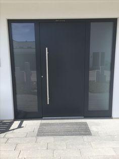 Aluminum front door in Dettingen. - Aluminum front door in Dettingen. You are in the right place about accessories - Unique Garage Doors, Modern Entrance Door, Wooden Garage Doors, Garage Door Design, Entrance Doors, Front Doors, Aluminium Front Door, Door Steps, Dark Interiors