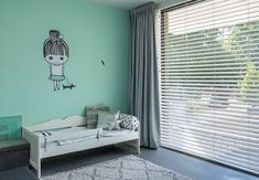 Kleur is bijna onmisbaar in een kinderslaapkamer. Deze mintgroene kleur vormt samen met de andere kleuren in de kamer een goede balans. Blinds, Bed, Modern, House, Furniture, Home Decor, Trendy Tree, Decoration Home, Stream Bed