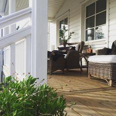 Igår hade vi förmånen att få en hel del tips om inredning, styling och möbler till Solid 194. Tack för ett fint arbete Duo-fotografi samt @lindholmsmobler och @tvaplanmobler med möbler och inredning. #hjältevadshus #interiör #interior #newengland #veranda #solid194 #porch #smart #tryggt #enkelt #allabordebyggasåhär