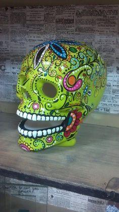 Articoli simili a Ceramic hand painted lifesize lighted skull su Etsy Sugar Skull Costume, Sugar Skull Halloween, Halloween Halloween, Vintage Halloween, Halloween Makeup, Halloween Costumes, Day Of The Dead Diy, Day Of The Dead Skull, Skull Tattoo Design