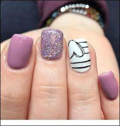 The advantage of the gel is that it allows you to enjoy your French manicure for a long time. There are four different ways to make a French manicure on gel nails. Heart Nail Designs, Purple Nail Designs, Diy Nail Designs, Purple Nails With Design, Nail Design For Short Nails, Light Purple Nails, White Nails, Black Nails, Design Ongles Courts