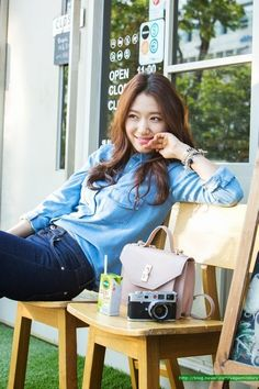 Park Shin Hye retro chambray and camera - all that's missing is a ruffle down the front of the shirt :D Más