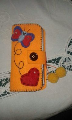 CUSTODIA CELLULARE IN FELTRO Felt Hearts, Zip Around Wallet, Coin Purse, Phone Cases, Sewing, Summer, Professor, Felt Dolls, Made By Hands