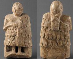 Orantes (Sumeria) Las imágenes de mujeres sumerias conservadas permiten comprobar que su vestimenta no difería demasiado de las de sus congéneres de sexo opuesto, y con frecuencia las vemos como diosas o sacerdotisas, o simplemente como mujeres asociadas al culto religioso de algún dios de la triada mesopotámica