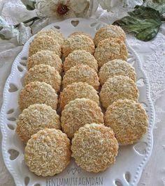 Limonlu Kurabiye Malzemeler 125 gr tereyağı (oda sıcaklığında) 1 su bardağı pudra şekeri 2 adet yumurta(birinin akını ayırın) 2 limonun rendelenmiş kabuğu 2-2.5 su bardağı un 1 paket vanilya Yarım paket kabartma tozu Üstü için Hindistan cevizi Hazırlanışı Derin bir kaba un hariç hamur malzemelerini alın karıstırın. Unu yavaş yavaş ekleyerek yogurun. Ayırdığınız yumurta akını …