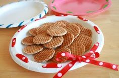 cute way to decorate a plain paper plate for gift giving