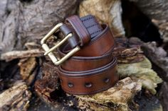 Hand stitched and hand dyed leather bushcraft Belt by Beaver Bushcraft. This Belt is made to last !