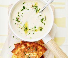 Här står Tina Nordströms goda blomkålssoppa på menyn. En krämig och välsmakande soppa med smak av blomkål, crème fraiche, vitlök och en nypa chilipulver. Till soppan gör du mumsiga majsquesadillas fyllda med majs och riven mozzarella. En smarrig och mättande måltid för stora som små.