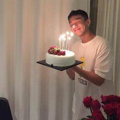 Yoo Ah In celebrating his birthday with friends now 161006 😄 Yoo Ah In, Soap Stars, Kdrama Actors, Gong Yoo, Great Photos, Cute Kids, Kpop, Typewriter, Celebrities