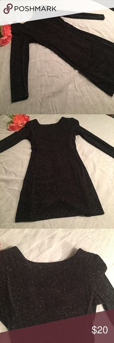 Sexy Lil Black dress with Back zipper & slit This Dress is in perfect condition! Very slink and comfortable. (Also has shoulder pads )Shows off the upper back and has a back zipper closure. Black with silver glitter ✨ Late Edition Dresses Mini