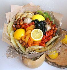 В основе букета — сушеные фрукты Fruit Flower Basket, Fruit Flowers, Flowers Bucket, Fruit Hampers, Vegetable Bouquet, Food Bouquet, Edible Bouquets, Edible Arrangements, Fruit Art