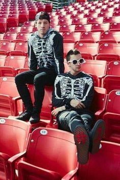 Musical duo Twenty One Pilots comprised of Josh Dun and Tyler Joseph are photographed for Billboard Magazine on October 2015 in Los Angeles, California. Emo, Rasengan Vs Chidori, Tyler Joseph Josh Dun, Les Beatles, Indie, Screamo, Troye Sivan, Pentatonix, Fall Out Boy