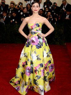 Emmy Rossum  Atriz usou um longo florido da estilista Carolina Herrera. AFP - AFP
