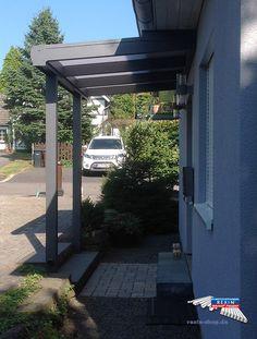 Ein Alu-Haustürvordach der Marke REXOvita 3m x 1,5m in anthrazit mit opalen Stegplatten als Dacheindeckung.  Die Montage wurde unterhalb des Giebels vorgenommen, die Pfosten sind beidseitig eingerückt.  Ort:Overath   #Vordach #Aluvordach #REXOvita  #Stegplatten #Rexin