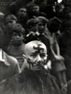 A woman's head is shaved as a punishment for collaborating with the Germans, after the liberation of France, Women In History, World History, History Class, Hassan 2, Historical Images, Military History, Photojournalism, Old Photos, Vintage Photos