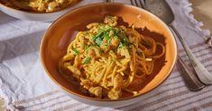 Indiai currys-tejszínes tészta recept   Street Kitchen Poutine, Penne, Mozzarella, Spaghetti, Curry, Cooking, Ethnic Recipes, Kitchen, Food