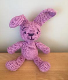 En kaninbamse blev født Overvejer om den skal have en lille bluse #sejfødsel #hadermonteringsarbejde #sysysy #hækletkanin #hækletbamse #kanin #bunny #crochetbunny #toy #homemade #hjemmelavet #nussebamse #crochet #crochetaddict #haken #hekle #virka #yarn #lovetocrochet #instacrochet #gave #Josefinesnart2år #fødselsdag by haekletanten