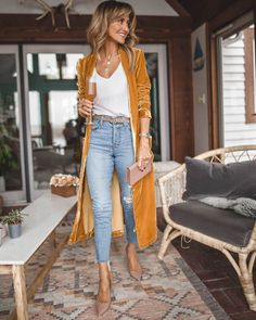 Look skinny jeans, nude belt, white blouse, most velvet maxi cardigan . - Outfits for Work Yellow Cardigan Outfits, Maxi Cardigan, Long Cardigan Outfit Summer, Dress With Long Cardigan, Black Kimono Outfit, Mustard Cardigan Outfit, Light Jeans Outfit, Boho Work Outfit, Velvet Cardigan