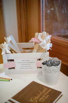 Fächer für die Hochzeit in einer weißen Holzkiste. Foto: Jennifer & Thorsten Photography