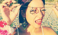Ensaio de Carnaval Dalila em Fúria / Ideias de fantasia para o Carnaval 2015 - Brinco verde e amarelo, colar de pandeiro e anéis dourados / Maxi earrings and hipster golden rings