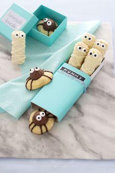 """I vostri bimbi sono stati invitati ad una festa per Halloween e volete un'idea facile e veloce per un dolcetto scherzoso e """"terrificante""""? In 5 minuti faremo i biscotti per Halloween: Mummie di pavesini. Super facili e carinissime, le mummie di biscotto faranno la gioia dei piccoli di casa; realizz"""