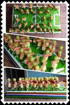 Voetbal traktatie. WK/EK @handmadebylenicka - #handmadebylenicka #traktatie #Voetbal #WKEK Party Sweets, Snacks Für Party, Green Fruit, New Fruit, Salads For A Crowd, Wedding Reception Food, Fruit Displays, Breakfast Dessert, Healthy Fruits