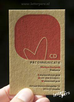 bruin karton, reliëf, de 'ruwe/robuuste' uitstraling i.c.m. 'zachte/lieflijke' illustratie. Mooi simpel.