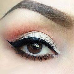 Dzienny makijaż z odrobiną brzoskwini i kreską idealną