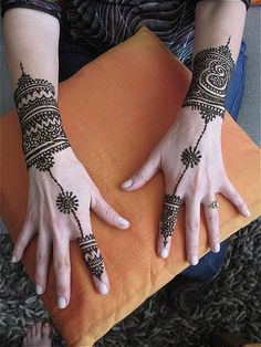 What an amazing idea for mehendi on the back of the hand - the mehendi becomes an ornament!