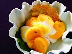 村田 吉弘さんの柿を使った「柿なます」のレシピページです。にんじんと大根でつくる「紅白なます」は定番ですが、ここで登場するのは柿とかぶ。形も食感も似た者同士、よく合う食材です。 材料: 柿、かぶ、A、柚子の皮 Cheese, Fruit, Recipes, Japan, Foods, Recipe, Kitchens, Food Food, Food Items