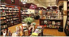 Este es el interior de una gran librería. Tiene muchas comedia y libro de aventuras.