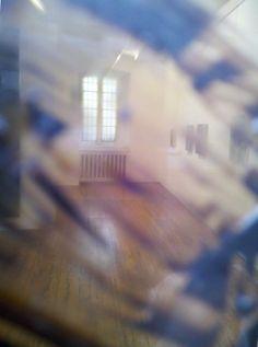 Blick durch den Schwarzspiegel in die Ausstellung
