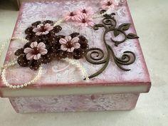 Cx com papel de Scrap Coleção Lili Negrão e flores decorativas da Coleção Lili Negrão .