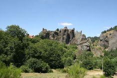 Arlempdes: dorp op vulkanische rots boven de Loire ***   Dorpen in Frankrijk Monument Valley, Nature, Travel, Auvergne, Africa, World, Naturaleza, Viajes, Destinations