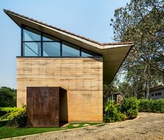 The peripheral dwellings are all two storeys high, and are built with rammed-earth walls. They feature pitched roofs with clerestory windows.