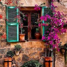 Mil gracias @giselapauladiaz por compartir esta típica estampa de una de las ventanas de nuestra villa #valldemossa. #streetstyle #flowers #nature #cute #happy #love #follow4follow #like4like #l4l #instagood #serradetramuntana #majorca #spain #igers #igersmallorca #instalike #picoftheday #photooftheday #travelgram #holidays #autumn #holiday #december #visitvalldemossa #tourism #travel #inspiration #wanderlust