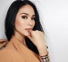 Kapuso actress Heart Evangelista showed a bit of her skin in a pool showdown scene with Valeen Montenegro on 'My Korean Jagiya'. Heart Evangelista Style, Olive Skin Makeup, Asian Hotties, Makeup Inspo, Makeup Ideas, Asian Fashion, Love, Eye Candy, Fashion Photography